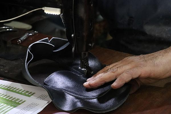 2021/04/yarim-asirdir-ayakkabi-tamir-ederek-ekmegini-kazaniyor-5b2d5b0a7674-12.jpg