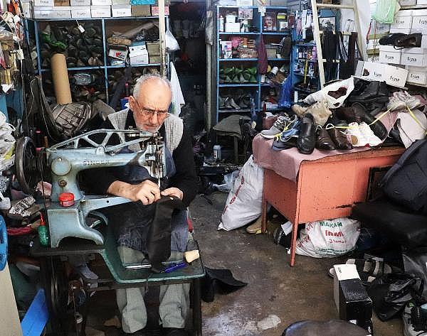 2021/04/yarim-asirdir-ayakkabi-tamir-ederek-ekmegini-kazaniyor-5b2d5b0a7674-5.jpg