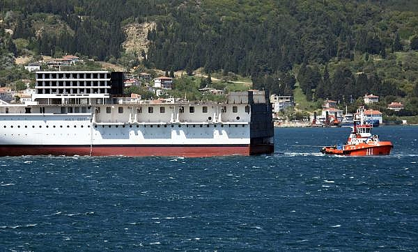 2021/05/romanyada-kurulan-yolcu-gemisinin-on-bolumu-canakkale-bogazindan-gecti-3d75fb2cdd2e-10.jpg