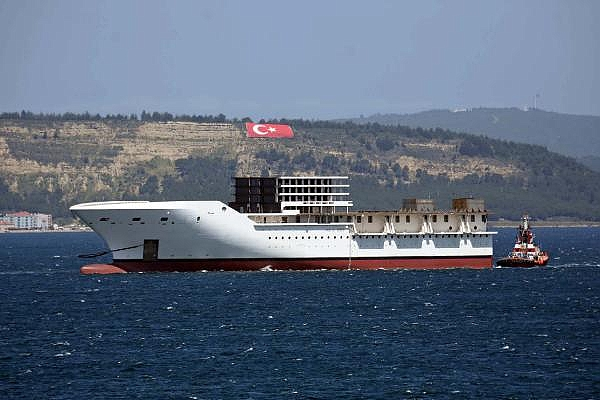 2021/05/romanyada-kurulan-yolcu-gemisinin-on-bolumu-canakkale-bogazindan-gecti-3d75fb2cdd2e-4.jpg