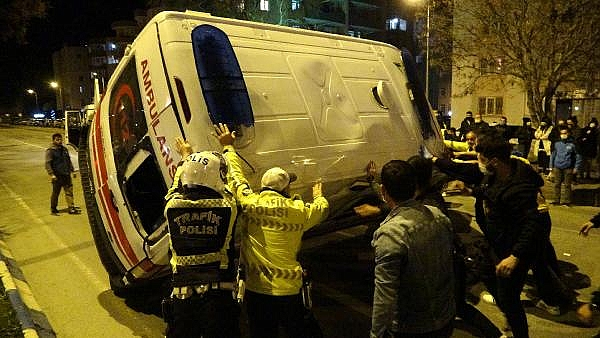 2021/06/ambulans-ile-taksinin-carpisma-ani-kamerada-c0767c757d30-4.jpg