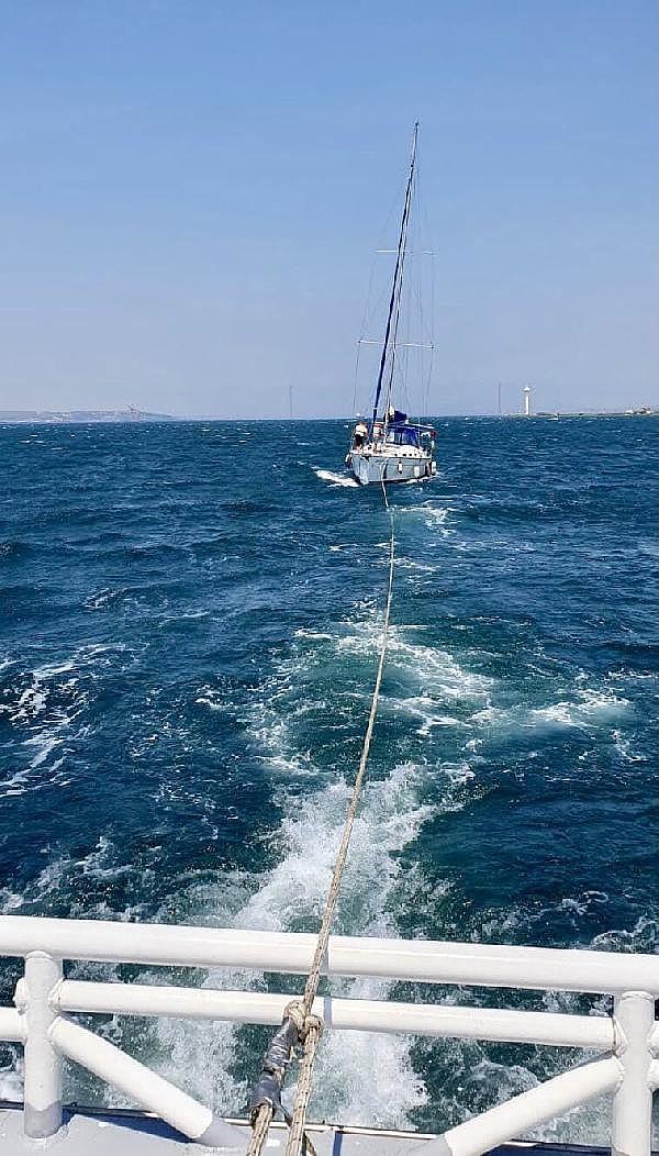 2021/07/canakkale-bogazinda-suruklenen-yelkenli-tekne-kurtarildi-c1d15af38cd7-4.jpg