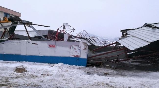 Biga'da kapalı pazar yerinin çatısı çöktü
