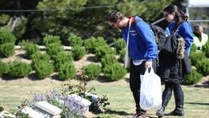 Avustralyalılar dedelerinin mezarında