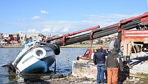 Çanakkale'de üzerine vinç düşen tekne paramparça oldu