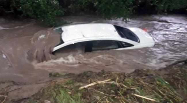 Çanakkale'de Sel Araçları Sürükledi