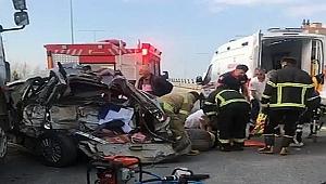 Çanakkale'de feci kaza! Kamyonun arkadan çarptığı otomobildeki 4 işi yaralandı.