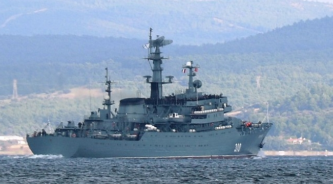 Rus mürettabat güvertede sıralandı, savaş gemisi boğazdan geçti