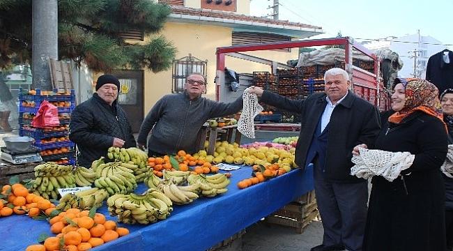 Başkan Basri Ulaş halk pazarında vatandaşlara ücretsiz file dağıttı.