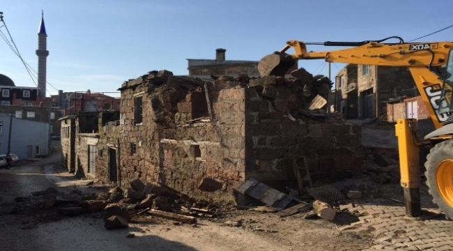 Depremde hasar gören binaların yıkımına başlandı