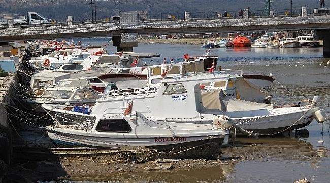 Sarıçay'da suların çekilmesiyle tekneler karaya oturdu.