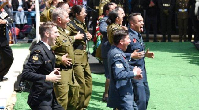 Yeni Zelanda Askerleri Atalarını 'Haka' Dansıyla Andı