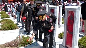 15 Temmuz anısına şehitliklere karanfil bırakıldı
