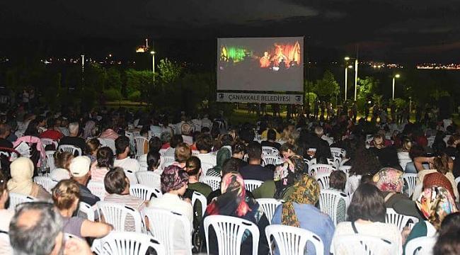 Çanakkale Belediyesi tarafından Özgürlük Parkı'nın eşsiz manzarasında geleneksel olarak düzenlenen Açık Hava Sinema Geceleri Yeşilçam klasikleri ile başladı.