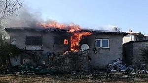 Çanakkale'de ahşap ev alev alev yandı