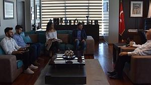 ÇOMÜ Öğrenci Konseyi Başkanı Alperen Uysal ve konsey üyeleri Çanakkale Belediye Başkanı Ülgür Gökhan'ı makamında ziyaret etti.