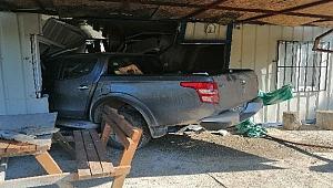 Yoldan çıkan kamyonet 100 metre uzaklıktaki eve girdi
