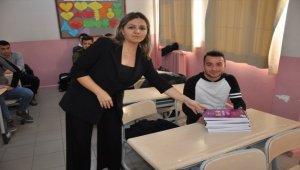 Ezine Kaymakamlığından üniversiteye giriş sınavlarına hazırlanan öğrencilere kitap seti desteği