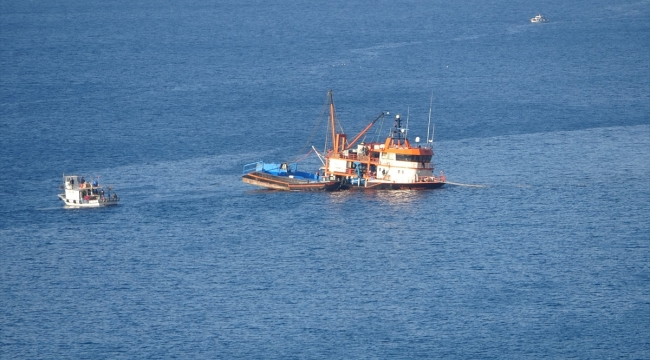 Çanakkale'de karaya oturan teknedeki balıkçılar kurtarıldı
