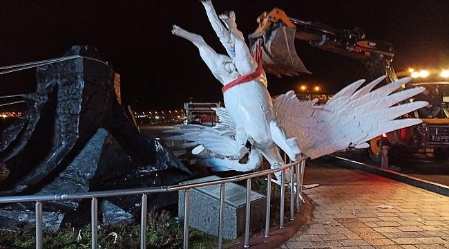 Çanakkale'de şiddetli rüzgar nedeniyle heykel yıkıldı