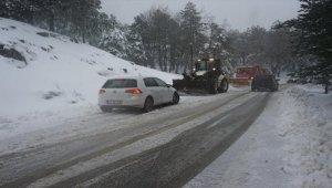 Kazdağları'nda yoğun kar yağışı ulaşımı olumsuz etkiliyor