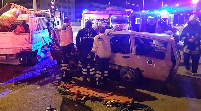Kırmızı ışıkta bekleyen kamyonete otomobil çarptı: 2 yaralı
