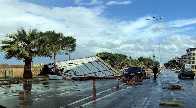 Fırtına nedeniyle uçan çatı yolu kapattı