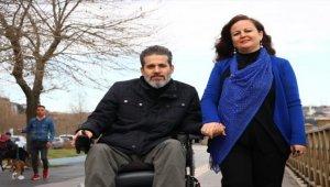 Engelli eşinin elini 20 yıldır bırakmadı