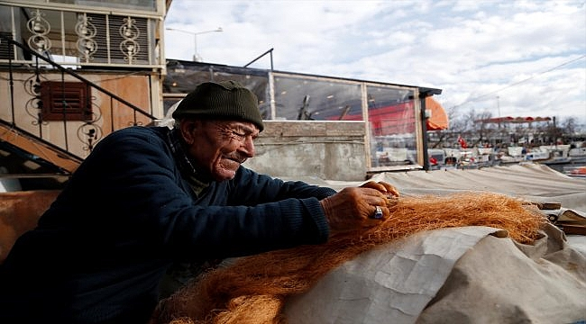 Ömrü balıkçılıkla geçen 88 yaşındaki Fehmi Faytoncu şimdi ağ onarıyor