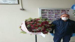 Tekirdağ'da karantinadaki öğrencilerden yurt çalışanlarına çiçek sürprizi