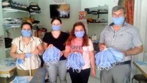 Ezine Mesleki Teknik ve Anadolu Lisesi'nde maske üretimi devam ediyor