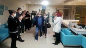 Koronavirüsü yenen hasta sağlık çalışanlarının alkışlarıyla uğurlandı