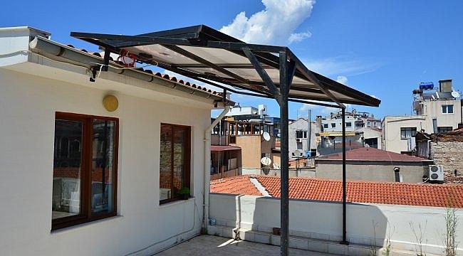 Balkona kurdukları güneş paneli sayesinde 7 yıldır elektrik faturası ödemiyorlar