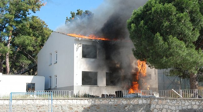 Bayramiç'te boşaltılan okul binasında yangın