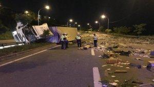 """Kocaeli'de """"lam"""" yüklü kamyon devrildi: 1 yaralı"""