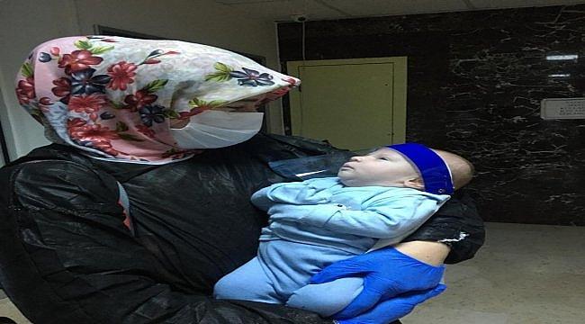 Kovid-19'u yenen 17 günlük bebek ile anne ve babası alkışlarla taburcu edildi