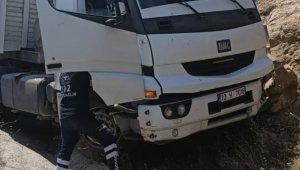 Balıkesir'de toprak yığınına çarpan kamyonun sürücüsü öldü