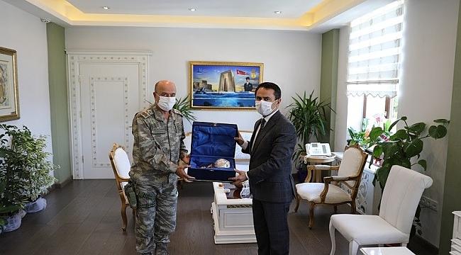 Korgeneral Aksakallı'dan Vali Aktaş'a veda ziyareti