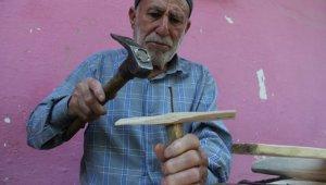 Refik dede kavak ağacından yaptığı uçaklarla 20 yıldır çocukları sevindiriyor