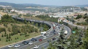 Dönüşe geçen tatilciler Anadolu Otoyolu'nda yoğunluk oluşturdu