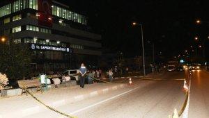 Lapseki Belediyesi binasına silahla ateş ettiği iddia edilen 2 şüpheli yakalandı