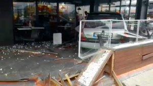 Kafenin bahçesine giren otomobilin çarptığı iki kişi yaralandı