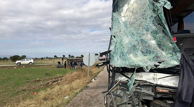 Edirne'de turistleri taşıyan yolcu otobüsü kamyonetle çarpıştı: 4 yaralı
