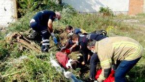 Otların arasında uyurken üzerine moloz dökülen genç yaralandı