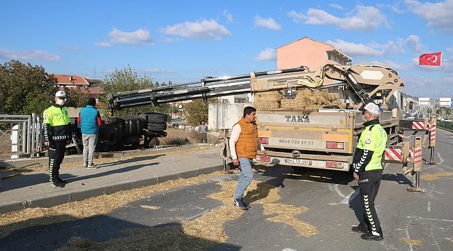 Çanakkale'de saman yüklü tır devrildi