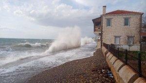 Küçükkuyu'da dev dalgalar sahili aşıp, evlere ulaştı