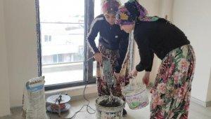 4 kadın inşaatlarda çalışıp, seramik kaplıyor