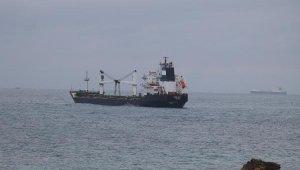 Bozcaada açıklarında karaya oturan kum yüklü gemi kurtarılmayı bekliyor