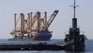 Liman vinci taşıyan dev gemi Çanakkale Boğazı'ndan geçti