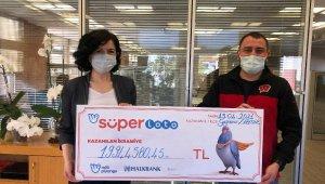 Süper Loto'dan 19.9 milyon lira kazanan talihli çekini teslim aldı